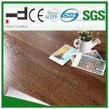 Plancher en bois gravé en relief de stratifié à la maison de décoration