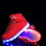 Gli uomini variopinti d'ardore/donne dei pattini superiori di vendita LED illuminano in su gli addestratori