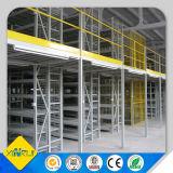 Tormento del entresuelo, ático, estante de varias filas del almacén del tormento