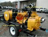 Uno mismo que prepara la bomba de agua del acoplado del motor diesel