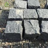 Strada privata nera del basalto che modific il terrenoare la pietra per lastricati del granito del cubo