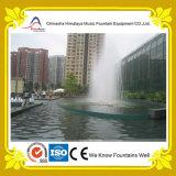 Fonte de água decorativa pequena na associação da água pouco profunda