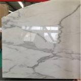 白いCalacattaの大理石の砥石で研がれ、マイクロ斜角を付けられたタイルを特定のサイズにカットしなさい