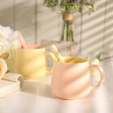 Caneca de café cerâmica da cor simples especial da forma