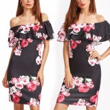Form-Frauen-Blume gedruckt weg vom Schulter-Rüsche-Partei-Kleid