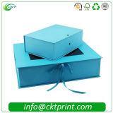 يطوي ورق مقوّى هبة يعبّئ صندوق مع وشاح ([كت-] [كب-149])