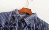 Graues Frauen `S gestreiftes Hemd