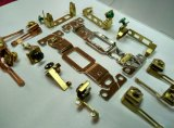 Pièce électrique de plot, parties conductrices