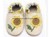 Chaussures de bébé pourprées de Knit de tournesol