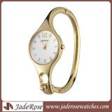 Forma e relógio de pulso bonito da mulher