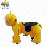 Finego заполнило автомобиль езд семьи занятности игрушки тигра гуляя животный