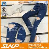 Сорванная джинсовая ткань кальсон джинсыов задыхается тяжелое дыхание отверстия для женщин
