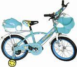 с стороной катит велосипед малышей