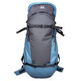 Esportes ao ar livre do lazer que escalam caminhando o saco de mão da trouxa da mochila