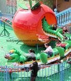 El parque de atracciones loco monta la montaña rusa de los niños