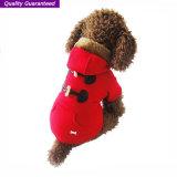 La capa clásica del perro mira la ropa elegante del animal doméstico