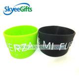 Bracelet en caoutchouc embossé personnalisé bon marché