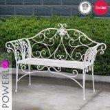 旧式で白い折る金属の庭のベンチ