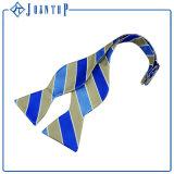 Individu-Attacher les cravates en soie tissées par coutume