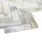 灰色の床タイルの供給のステンドグラスのモザイクを切る手