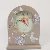 型の鳥が付いている木製の机の目覚し時計