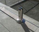 ガラス栓を囲うFramelessのガラスプール