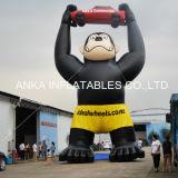 Gorilla nera gonfiabile gigante con l'innalzamento dell'automobile