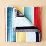 綿のベロアの縞の柔らかい浴室タオルのビーチタオル