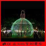 La sfera esterna chiara di natale di festa illumina la grande sfera di natale