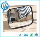 Sob o carro que verific o espelho da busca do espelho