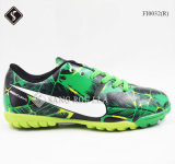 Люди обувают крытые ботинки спортов ботинок футбола