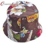 Type floral avec le chapeau de la position des femmes de mode