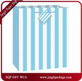 青の毎日のギフトは縞が付いている買物袋を袋に入れる