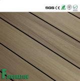 Decking extérieur en plastique en bois imperméable à l'eau du composé WPC de prix concurrentiel