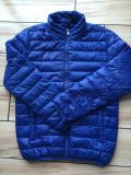 O estoque veste revestimentos para o homem, uma roupa mais barata do inverno para baixo do preço