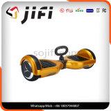 手は電気スマートな漂うスクーターのバランスをとっている2つの車輪の自己を解放する