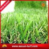 Hierba falsa siempre verde que ajardina césped