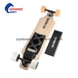 Individu neuf équilibrant la planche à roulettes électrique de Hoverboard de 2 roues
