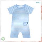 夏の赤ん坊は袖なしの赤ん坊のロンパースに着せる