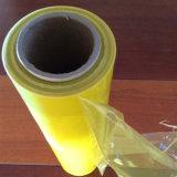 El alimento del color verde se aferra película plástica de la película de estiramiento