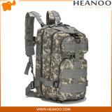El militar táctico de los paquetes empaqueta el morral de la mochila del ejército