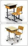 Escritorio y silla del estudiante de la sala de clase