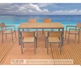 ホーム家具のプールの側面の使用および木の物質的な食事の椅子