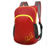 屋外の折る袋、赤い子供のバックパック