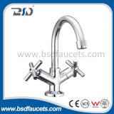 O dobro de lustro da bacia do cromo segura os Faucets de bronze do misturador da cozinha do dissipador
