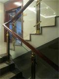 La superficie de madera de la escalera o barandilla
