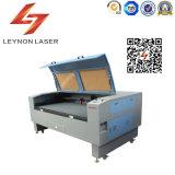 Sola máquina de grabado automática de la máquina de grabado del laser de la cuerda de rosca que introduce pequeña tela de acrílico de cuero