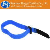 Les serres-câble réutilisables de Velcro d'attache attachent vers le bas