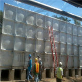 El tanque de almacenaje cuadrado del agua del graduado con aspecto hermoso