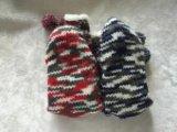 Due donne di colore che lavorano a maglia i calzini